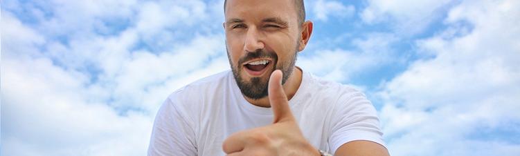 photo d'un homme avec le pouce levé